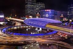 Le trafic de route de ville de Changhaï dans la tombée de la nuit Images stock