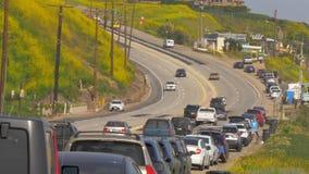 Le trafic de rue sur la route de Côte Pacifique de PCH dans Malibu - MALIBU, Etats-Unis - 29 MARS 2019 banque de vidéos