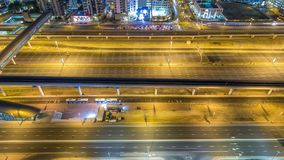 Le trafic de Sheikh Zayed Road dans la marina de Dubaï et les lacs Jumeirah domine timelapse de nuit de secteurs clips vidéos
