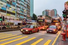 Le trafic de soirée roule au sol et des autobus sur les rues de Hong Kong images stock