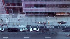 Le trafic de trottoir de New York City banque de vidéos