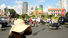 Le trafic de vélomoteur Ho Chi Minh City Daytime - au Vietnam du centre banque de vidéos