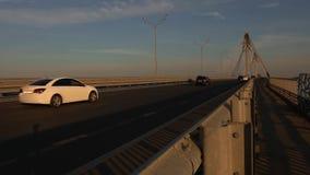 Le trafic de voiture actif de Timelapse sur un pont sur Sunny Warm Summer Day banque de vidéos