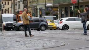 Le trafic de voiture dans la vieille ville de Prague, République Tchèque banque de vidéos