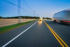 Le trafic de voiture et de camion sur la route rurale photos libres de droits