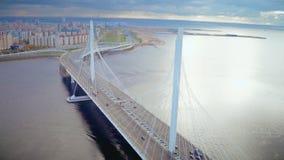 Le trafic de voiture sur le long câble est resté le pont dans la ville moderne sur la vue aérienne de côte banque de vidéos