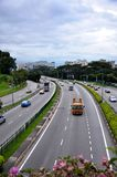 Le trafic de voiture sur une artère centrale de route de Singapour Photographie stock libre de droits