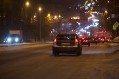 le trafic de voiture sur une rue d'hiver de nuit photos libres de droits