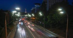 Le trafic de voiture de ville à la route moderne de ville Longueur de Timelapse de voiture rapide la nuit banque de vidéos