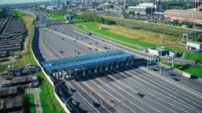 Le trafic de voiture de vue de bourdon sur le point de contrôle à la route de péage dans la vue aérienne de ville moderne banque de vidéos