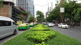 Le trafic de voitures énorme de Timelapse sur la chaussée dans le centre ville vert au jour ensoleillé banque de vidéos