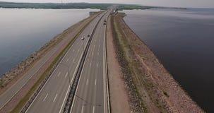 Le trafic de voitures de voiture de St Petersburg de barrage banque de vidéos