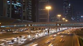 Le trafic de voitures permutant sur la rue urbaine de ville au temps d'heure de pointe banque de vidéos