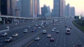 Le trafic de voitures permutant sur la rue urbaine de ville au temps d'heure de pointe clips vidéos