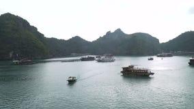 Le trafic des bateaux et les bateaux dans Halong aboient banque de vidéos