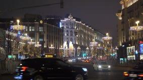 Le trafic des véhicules à moteur dans le ` s Moscou de nouvelle année banque de vidéos