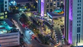 Le trafic devant la vue aérienne d'entrée d'hôtel dans la marina de Dubaï la nuit à partir de dessus de timelapse de gratte-ciel, clips vidéos