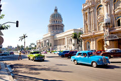 Le trafic devant le capitol, La Havane, Cuba Photographie stock libre de droits