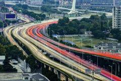 Le trafic dimensionnel urbain images stock