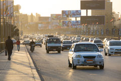 Le trafic du Caire au crépuscule Photographie stock
