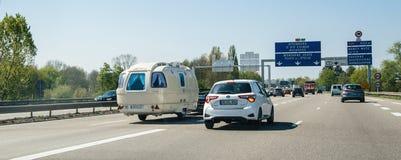 Le trafic encombré sur la route française avec la remorque du cru rv photos libres de droits