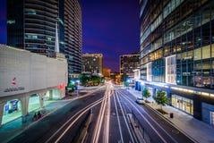 Le trafic et bâtiments modernes le long de fort Myer Drive la nuit, dedans photographie stock