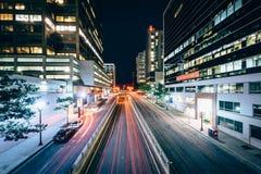 Le trafic et bâtiments modernes le long de fort Myer Drive la nuit, dedans photographie stock libre de droits