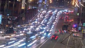 Le trafic fou de nuit sur un mouvement de timelapse de route banque de vidéos