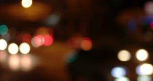 Le trafic irban brouillé de carlights dans une nuit banque de vidéos