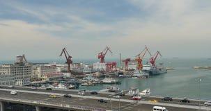 le trafic 4k urbain occupé sur le passage supérieur, terminal de récipient, porcelaine de Qingdao banque de vidéos