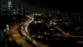 Le trafic léger occupé de traînée de laps de temps de mouvement la nuit banque de vidéos