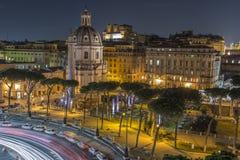 Le trafic la nuit à Rome, Italie Photos stock