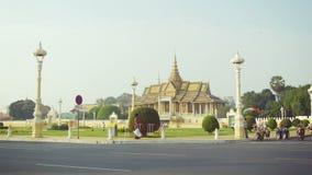 Le trafic normal de rue devant le vieux palais royal clips vidéos