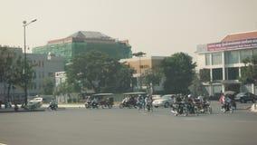 Le trafic normal par une grande intersection Dominé en des motos banque de vidéos