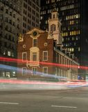 Le trafic passant la vieille Chambre d'état à Boston photographie stock libre de droits
