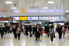 Le trafic piétonnier d'après-midi à la station de Tokyo, Tokyo, Japon Images libres de droits