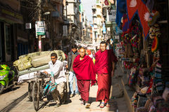 le trafic quotidien sur les rues de Katmandou La plus grande ville du Népal, son centre historique Image libre de droits