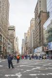 Le trafic réglé dans la quarante-deuxième rue Photographie stock libre de droits