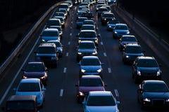 Le trafic a rattrapé dans la soirée permutent Photographie stock libre de droits