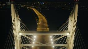 Le trafic resté de pont et de voiture de nuit sur l'infrastructure urbaine moderne de fond banque de vidéos