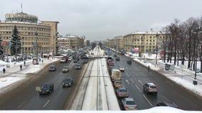 Le trafic sur l'avenue de Moscou à St Petersburg, novembre banque de vidéos