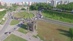 Le trafic sur l'intersection circulaire dans Perm banque de vidéos