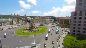 Le trafic sur la plaza de l'Espagne à Barcelone banque de vidéos
