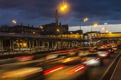 Le trafic sur la route dans le crépuscule, Image libre de droits