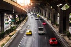 Le trafic sur la route sous l'autoroute Photo libre de droits