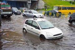 Le trafic sur la route urbaine inondée Photo libre de droits