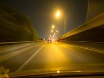 Le trafic sur la route vers le haut de l'autoroute au bourdonnement plat Bl de vue de nuit Photographie stock libre de droits