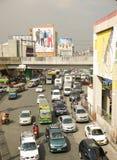 Le trafic sur la rue dans la ville de Makati photo stock