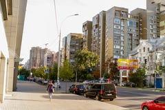 Le trafic sur la rue grand Vasylkivska 100 Image libre de droits