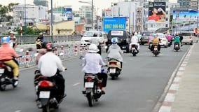 Le trafic sur la rue passante Ho Chi Minh City - au Vietnam du centre banque de vidéos